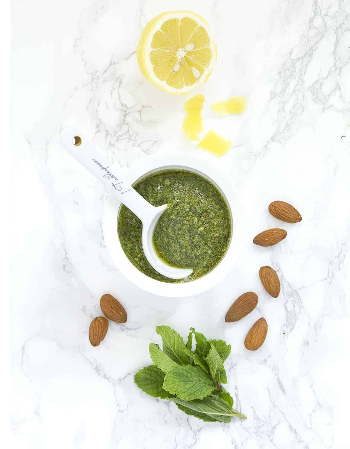 Fresh, good and healthy homemade mint and almond pesto ready in 5 minutes.