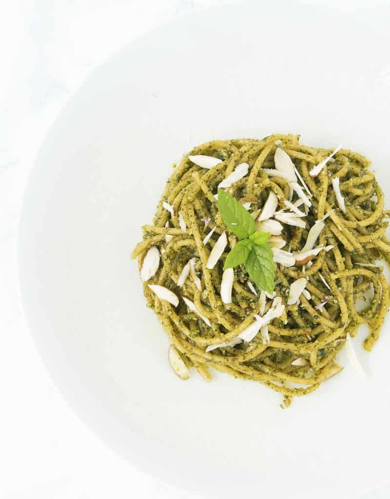 Refreshing, zesty and vibrant mint pesto with almonds and lemon, ready in 5 minutes.