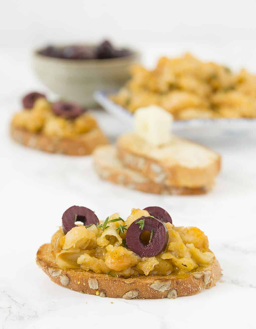 These smoky beans on toast are packed with flavors, crunchy and garlicky, healthy and inexpensive, perfect to please a crowd.