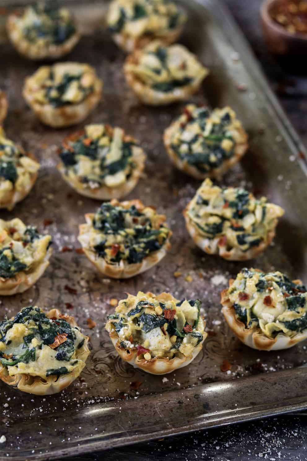 VEGAN SPINACH ARTICHOKE CUPS by Vegan Huggs: these delicious, easy and vegan appetizers are perfect to please a crowd!