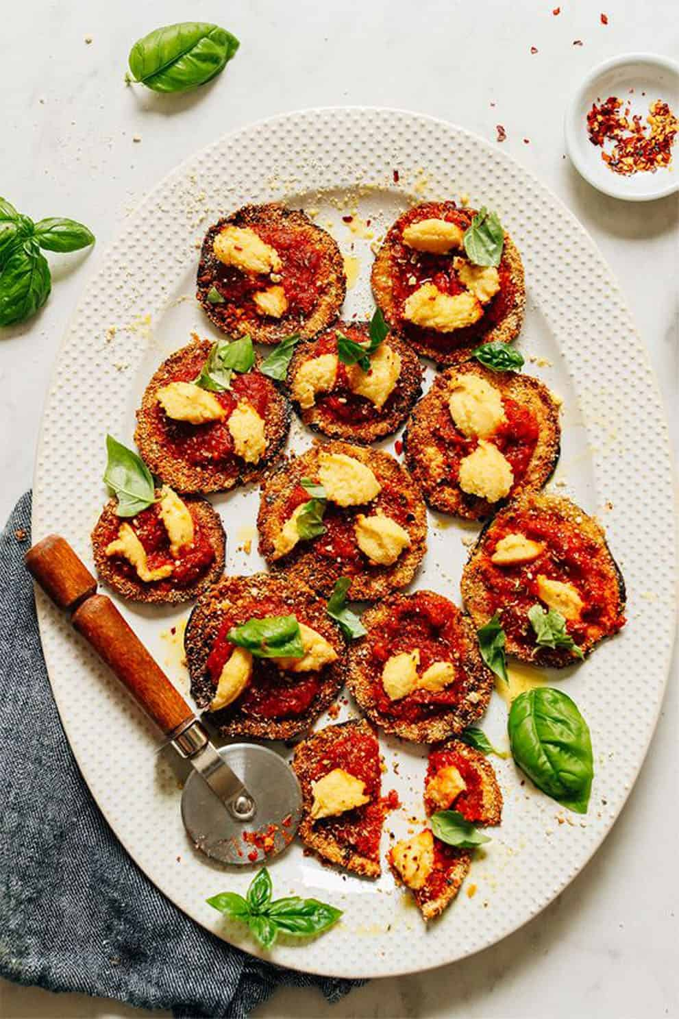 MINI CRISPY EGGPLANT PIZZAS by Minimalist Baker: these delicious, easy and vegan appetizers are perfect to please a crowd!