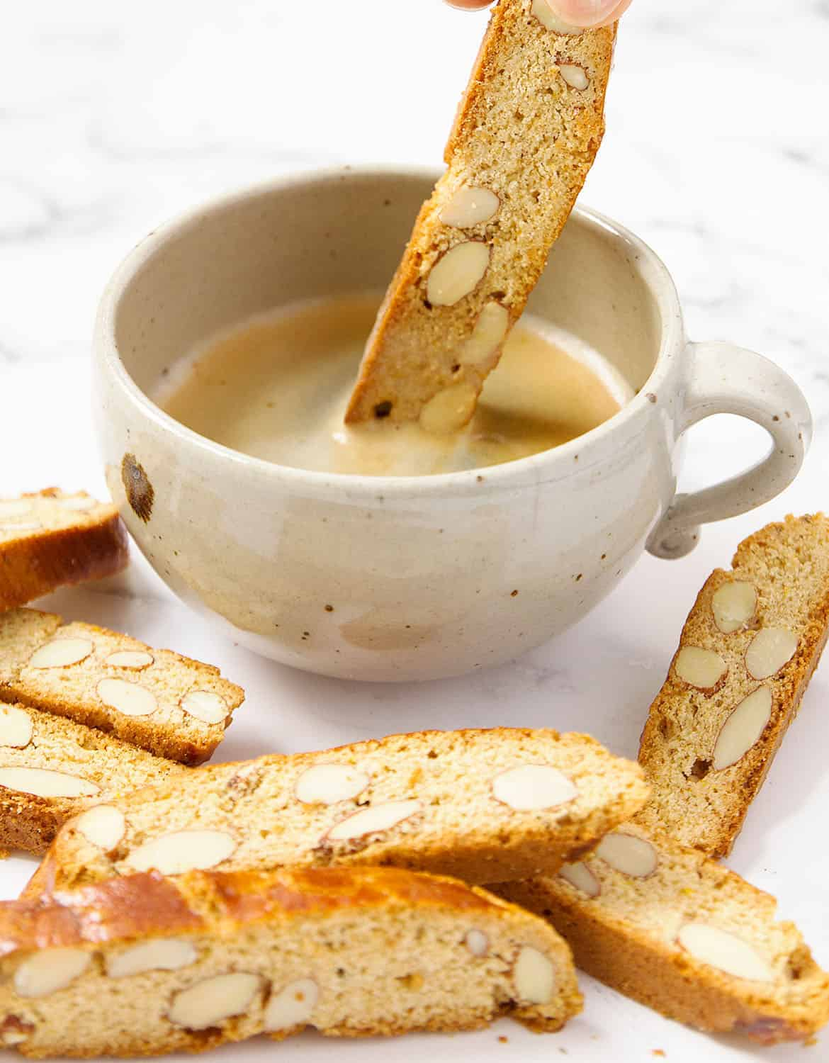 You can't resist to these addictive and crunchy Italian almond biscotti. They're easy to make, packed with flavors, texture and wholesome ingredients!