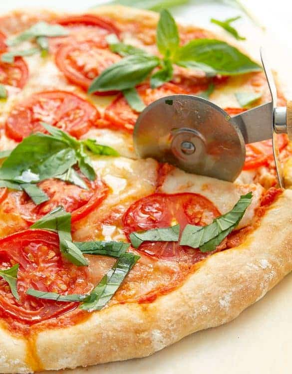 This simple and utterly delicious Caprese pizza is a dream for any pizza lover. It's a no-knead dough recipe, so easy to make from scratch and ready in 1 hour.